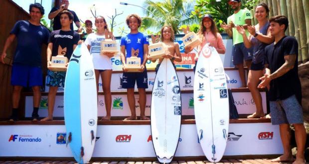 Com Gabriel Medina na premiação, irmã caçula Sophia vence  2 categorias e é o destaque na final do Circuito Medina de Surf.